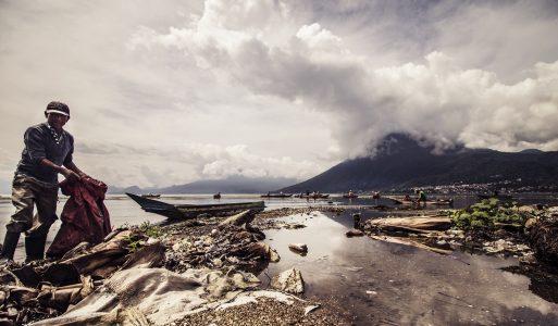 Lago Atitlan: il paradiso guatemalteco distrutto dai rifiuti e dalla Monsanto